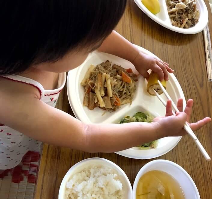 幼児の食事シーン