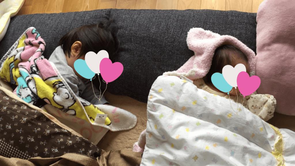 子どもが寝ている写真